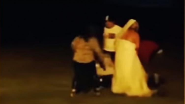 Mlada u vjenčanici nasrnula na gosta i tukla se s njim, valjala po blatu i vrištala