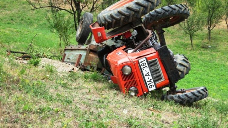 Prevrnuo se traktor