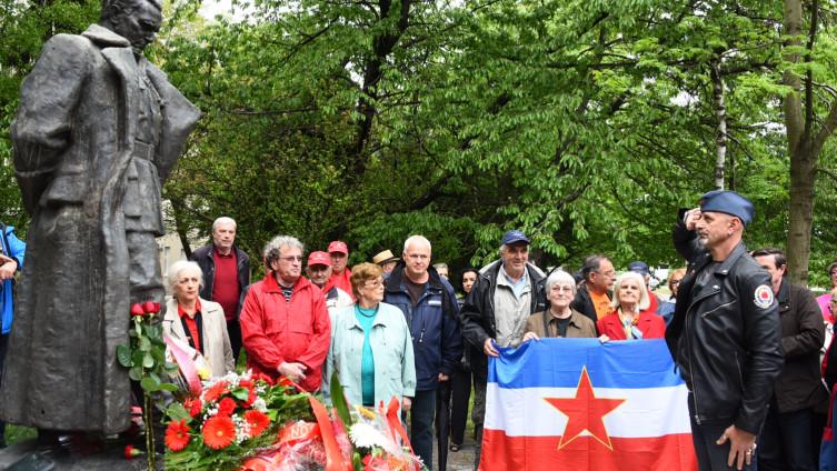 Skup pred spomenikom Tita