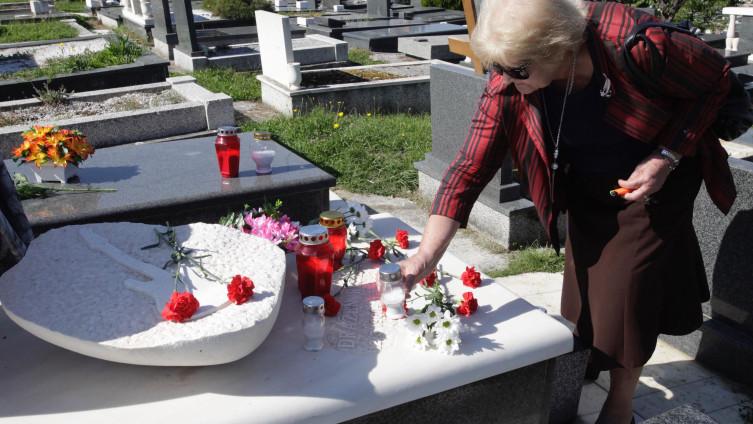 Elvira Deak na sinovom grobu u Sarajevu