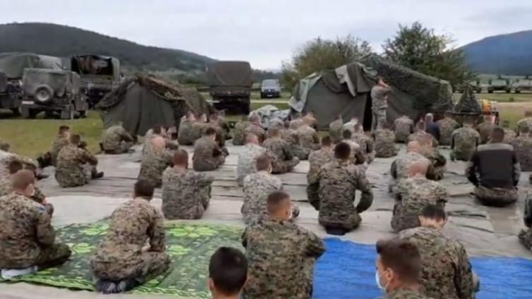 Vojnici klanjali džumu, iz SDS negoduju