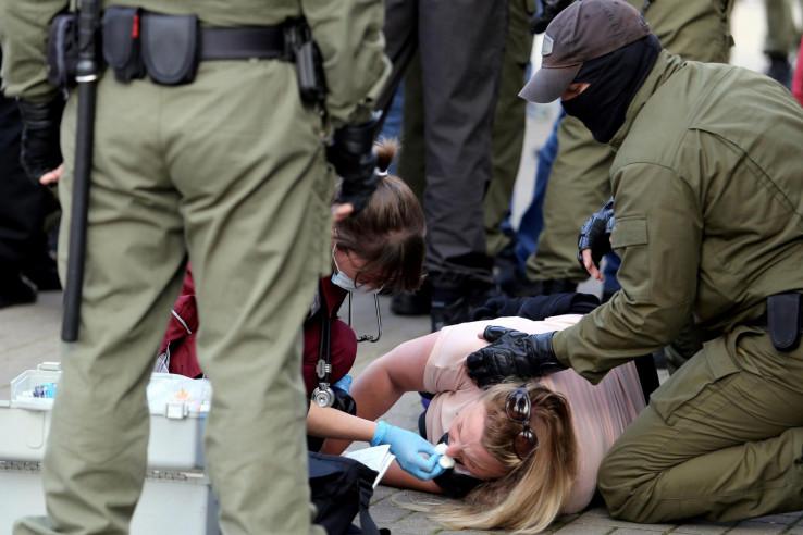 Ženi ukazuju pomoć na demonstracijama