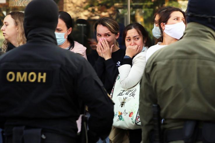 Demonstrantice u Minsku plaču