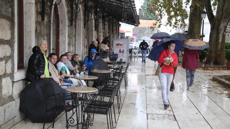 Tokom dana u većem dijelu zemlje sa kišom, pljuskovima i grmljavinom