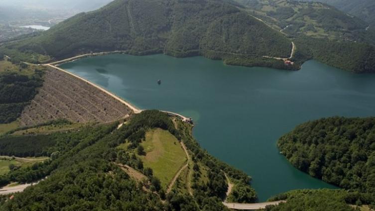 Jezero se na Kosovu naziva Ujman, a u Srbiji Gazivode