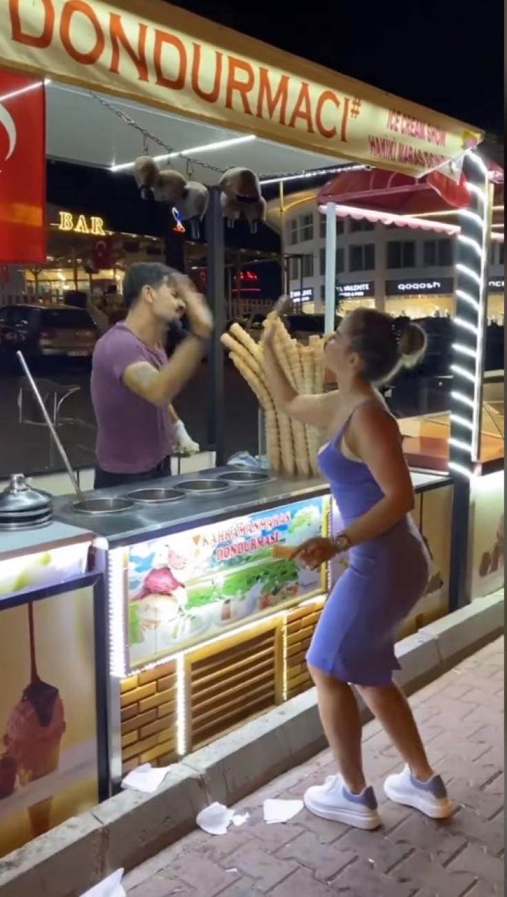 Djevojka uzvratila sladoledžiji