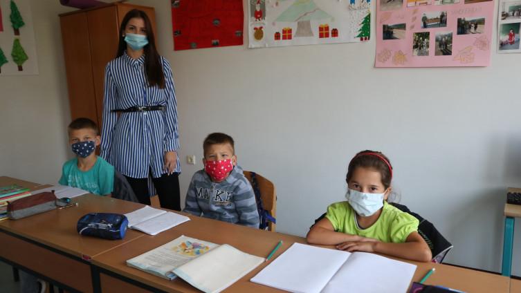 Učiteljica Isidora Nikolić, Hakija, Sadmir i Maida u školskim klupama