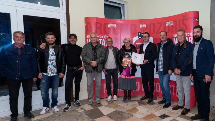 Nakon izvedbe predstave, uz prigodan koktel i muziku nastavljeno je druženje u foajeu Narodnog pozorišta Mostar