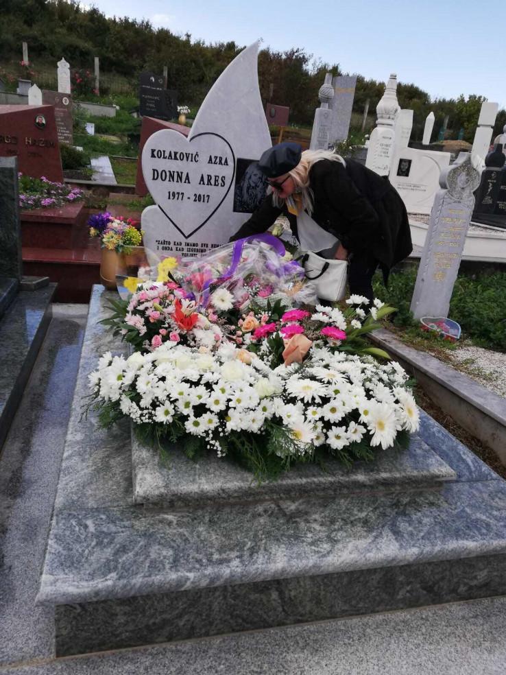 Majka Donna Ares na kćerkinom grobz