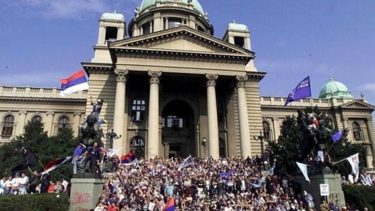 Demonstrirao je veliki broj građana, a grupa ljudi je oko 15.35, kroz prozor ušla u zgradu parlamenta