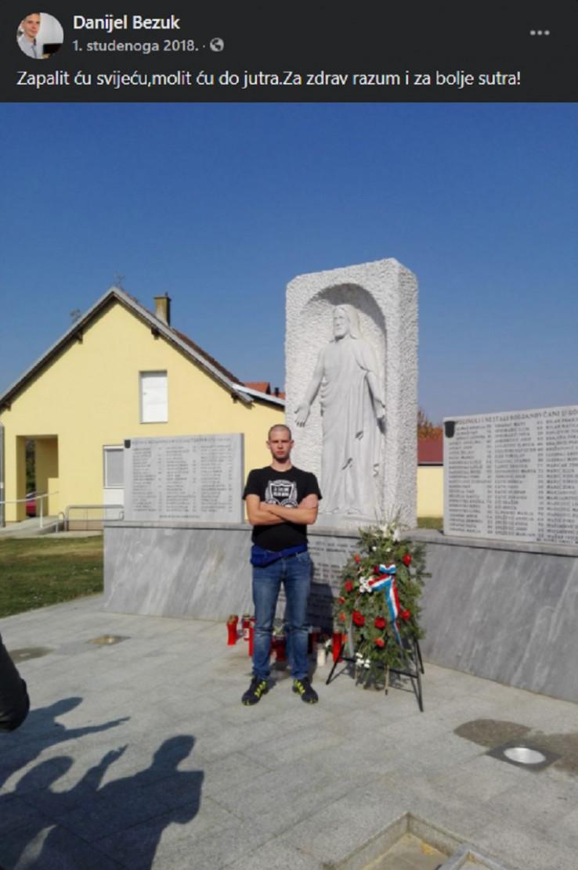 Danijel Bezok ispred spomenika hrvatskim braniteljima
