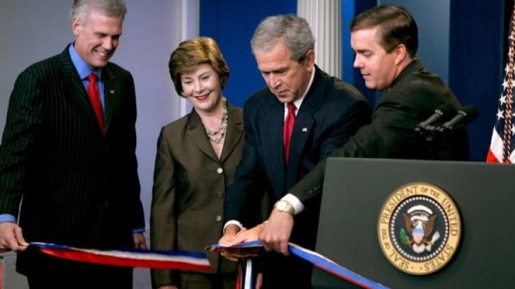 Stiv Skali sa Džordžom i Lorom Buš i pres sekretarom Bele kuće Tonijem Snouom