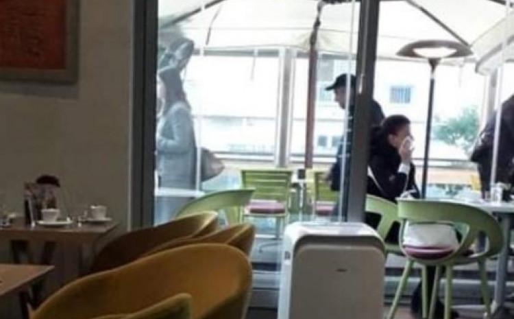 Detalj iz ugostiteljskog objekta: Asim Metiljević razgovara s osobom lijevo, a na drugoj slici s kačketom napušta objekt nakon što se pozdravio sa ženskom osobom, koja je ostala sjediti