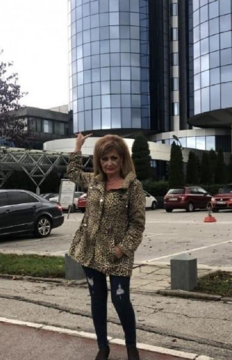 Živopisna pojava: Vesna Nikolić uslikana jučer ispred ''Radon Plaze''