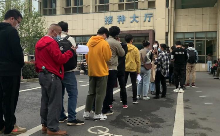 Dugačak red napravio se ispred bolnice