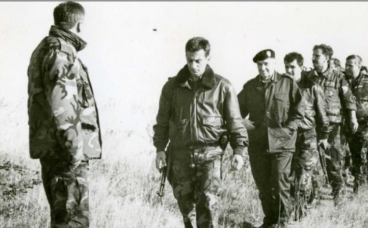 Predjednik Izetbegović sa armijskim vrhom na Visu, dok su oko njih padale neprijateljske granate