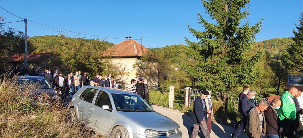 Dženaza na mjesnom mezarju u naselju Brnj