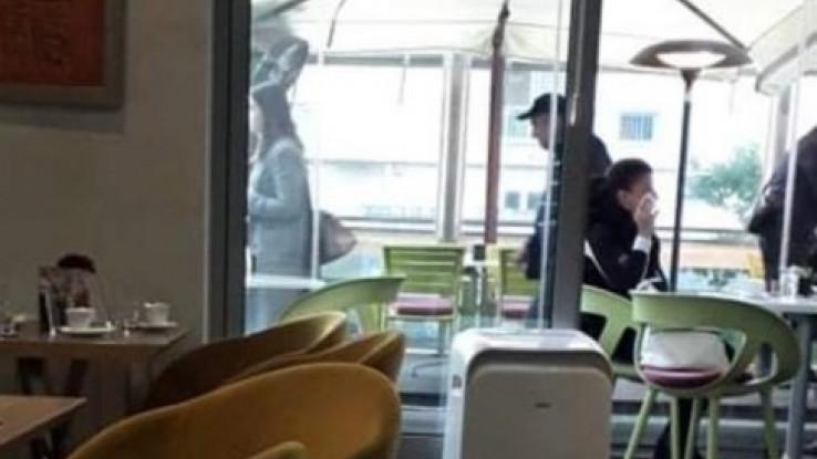 S kačketom napušta objekt nakon što se pozdravio sa ženskom osobom, koja je ostala sjediti