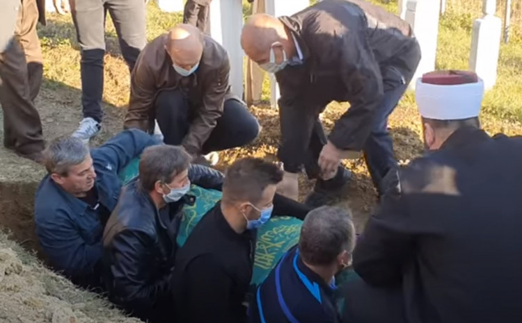 S dženaze: Adil spušta  tabut s kćerkom u mezar