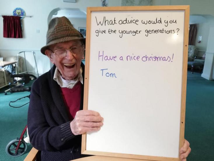 Tom pozirao s osmjehom