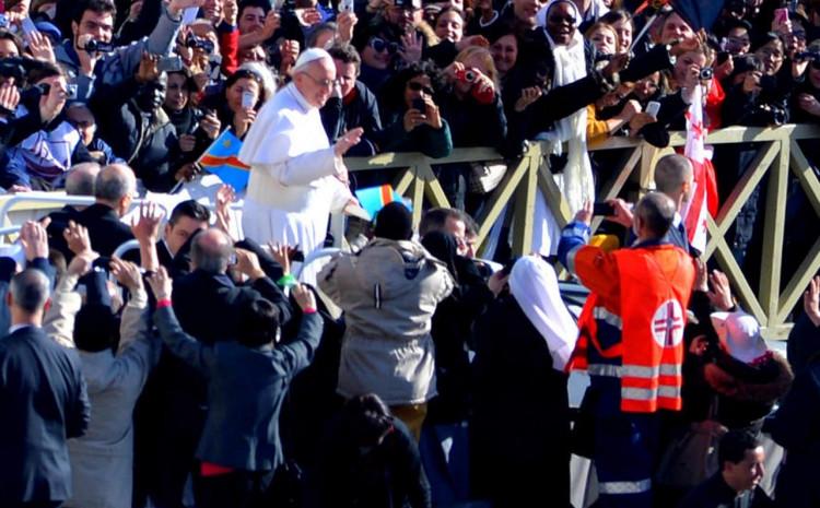 Papa Franjo ranije odlučio da ne nosi masku