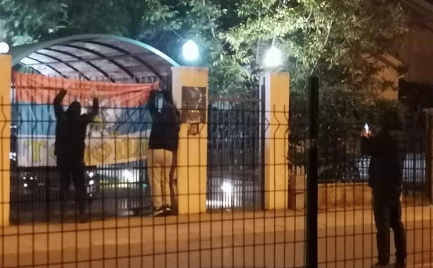 Srpski nacionalisti razvili zastavu na vratima hrvatske ambasade u Podgorici 1005x635