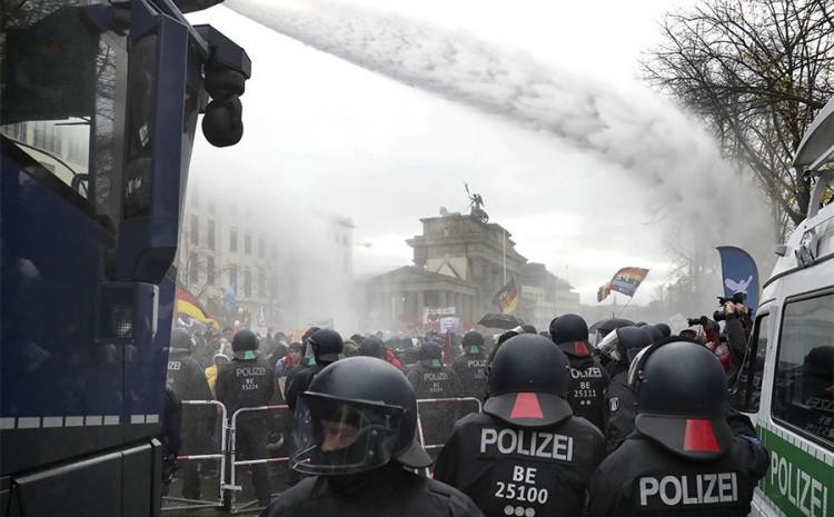 Policija upotrebila vodene topove