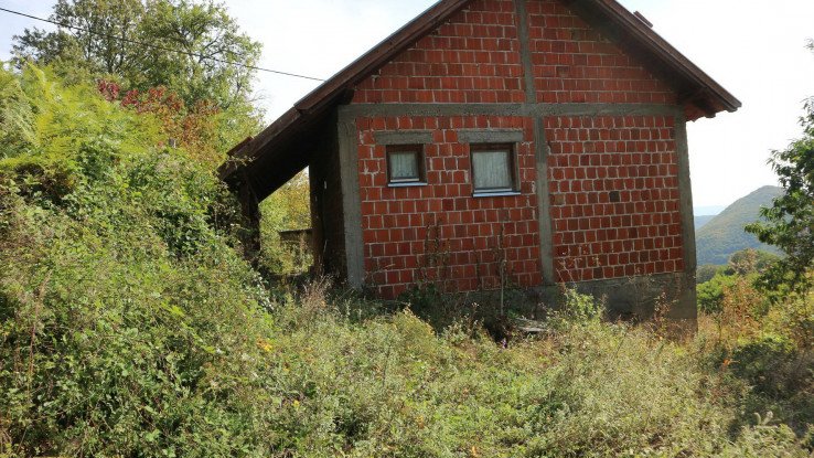 Neke sanirane kuće zarastaju u korov