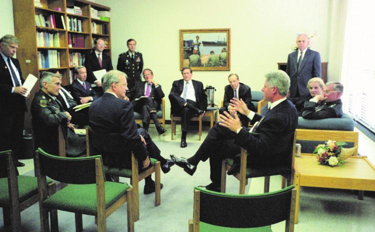 """Bil Klinton s Holbrukom i saradnicima tokom pregovora u bazi """"Wright-Patterson"""" kod Dejtona"""
