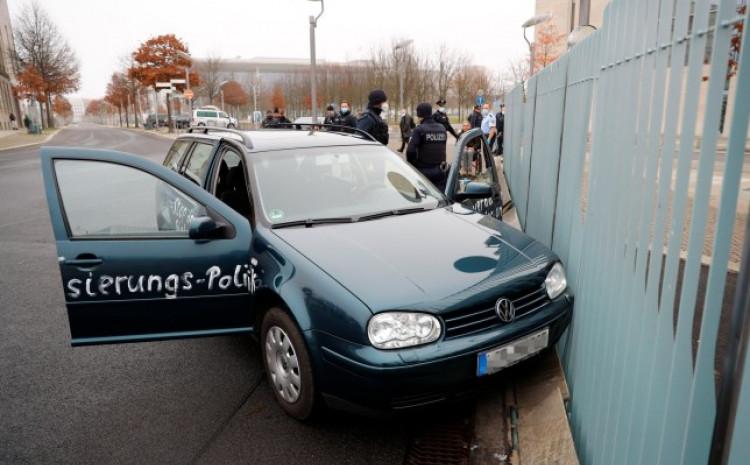 Automobil na sebi je imao poruku protiv globalizma