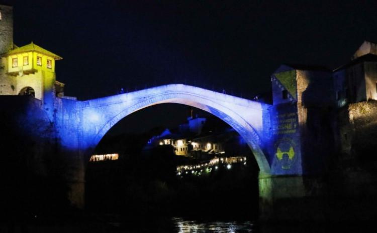 Stari most u bojama zastave BiH