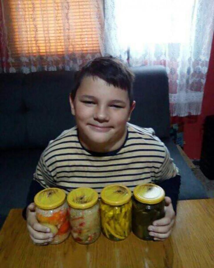 Hasan prodaje tegle salate za tri marke