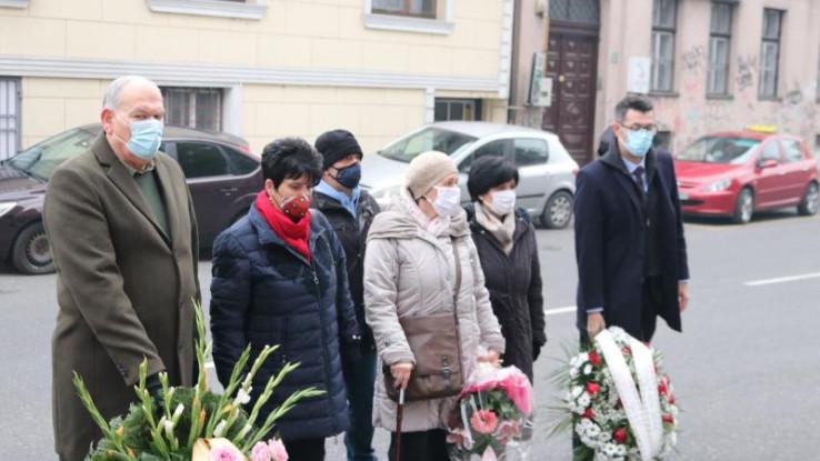 Na mjesto masakra cvijeće su položile i delegacije Unije civilnih žrtava rata KS, Grada Sarajevo i Općine Centar