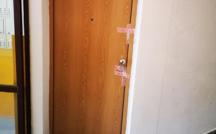 Vrata stana u kojem su pronađena tijela