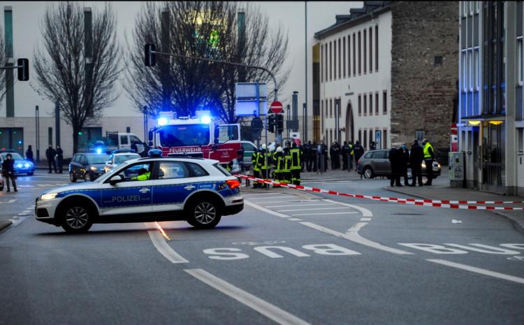 Policijski kordon blizu mjesta događaja, gdje je terenac naletio na pješake