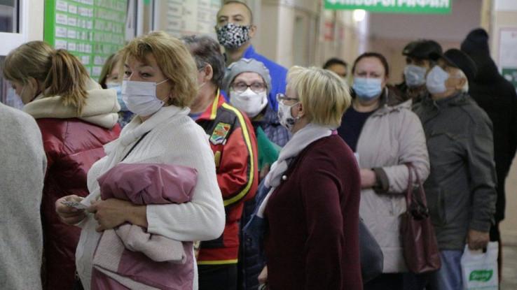 Građani u redovima čekaju da prime vakcinu