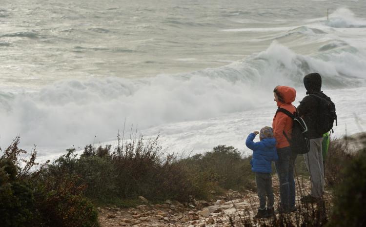 Orkanski udari juga i divovski valovi na rtu Kamenjak