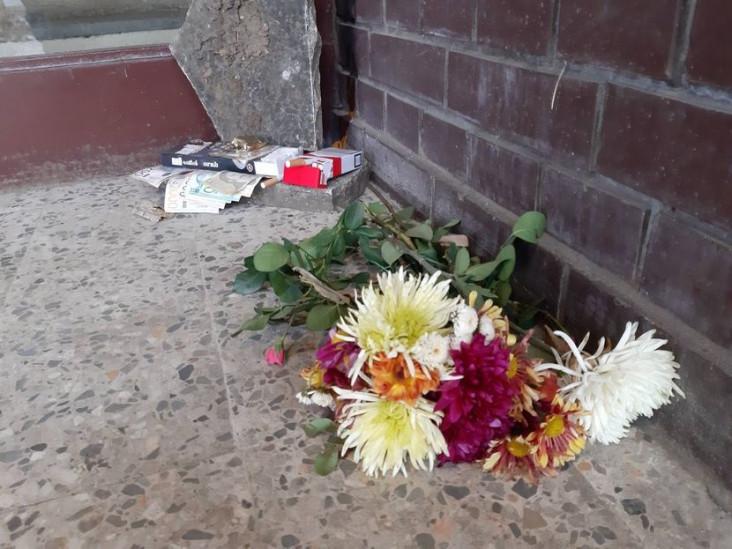 Zatečeni prizor ispred zgrade gdje je živio Džej