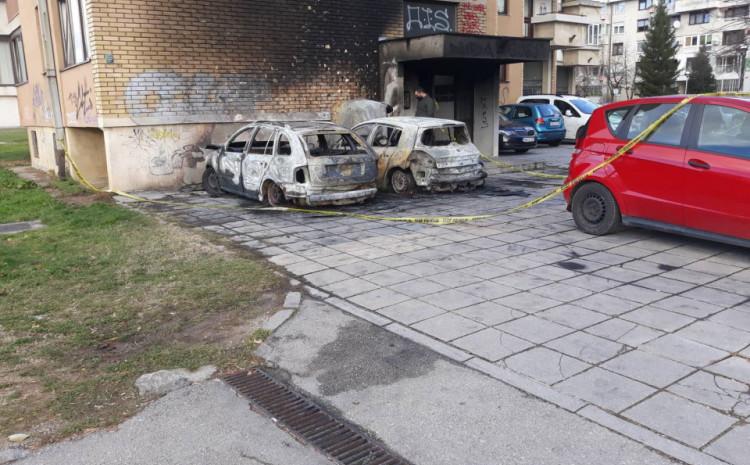 Uništena vozila u požaru na Dobrinji