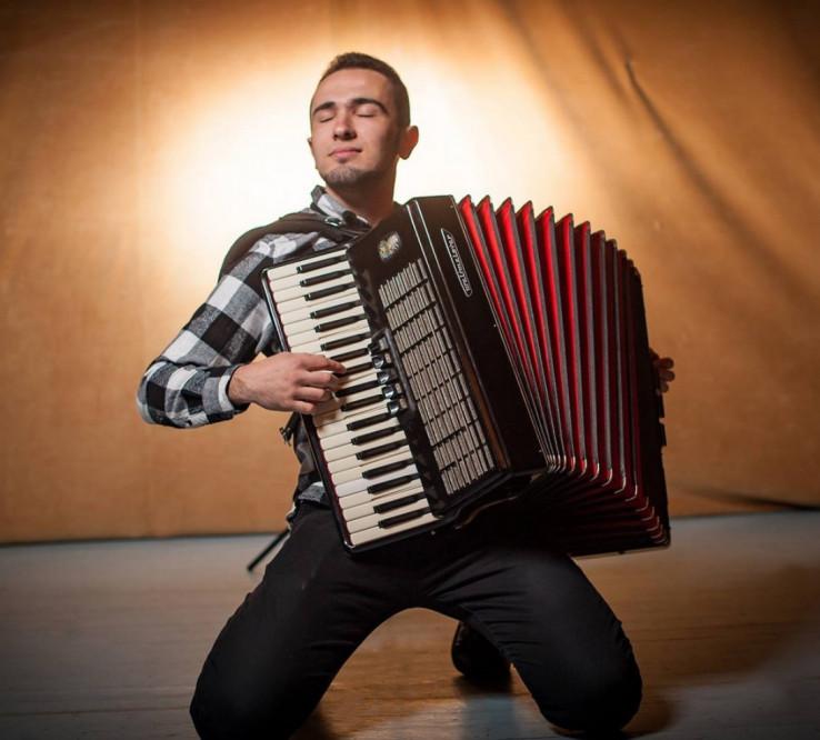 Rahmanović: Osim pjevanja, njegova velika ljubav je harmonika, koju je počeo svirati sa 12 godina