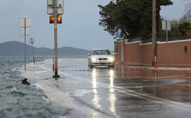 Zadar: More se zbog plimnog vala izlilo na saobraćajnice