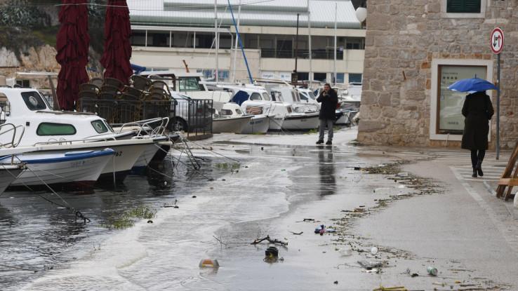 Šibenik: Jaka plima i jugo poplavili dio gradske četvrti Dolac