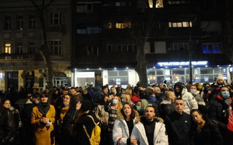Stotine ljudi na ulicama