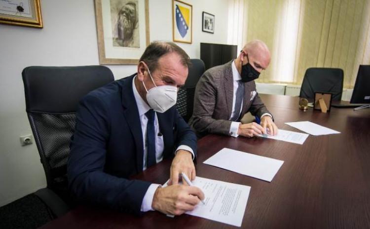 """Fild i Hafizović potpisali ugovor o podršci Vlade Velike Britanije projektu """"Istina, dijalog, budućnost"""""""