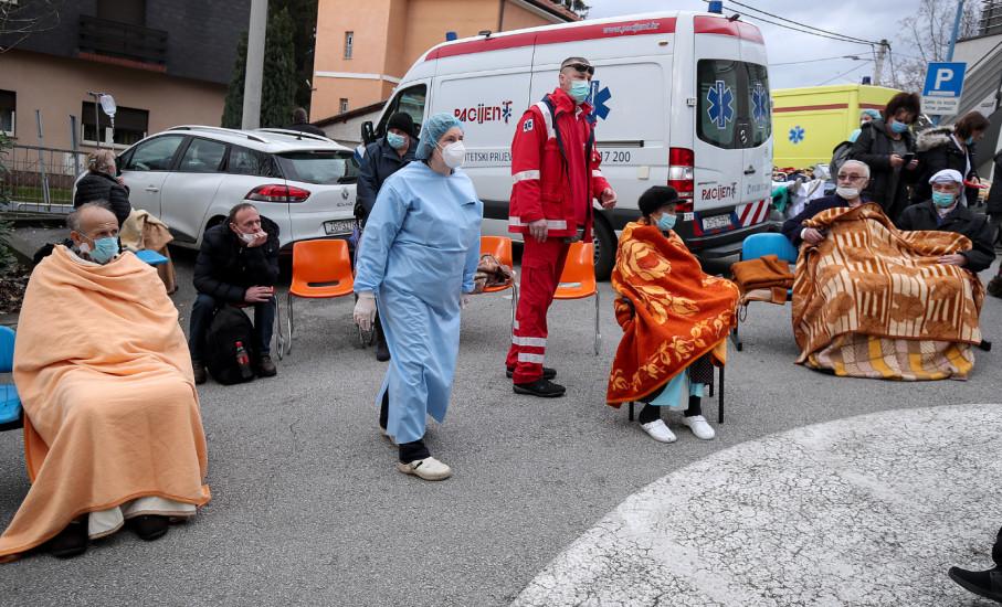 Pacijenti ispred zagrebačke bolnice Sveti Duh