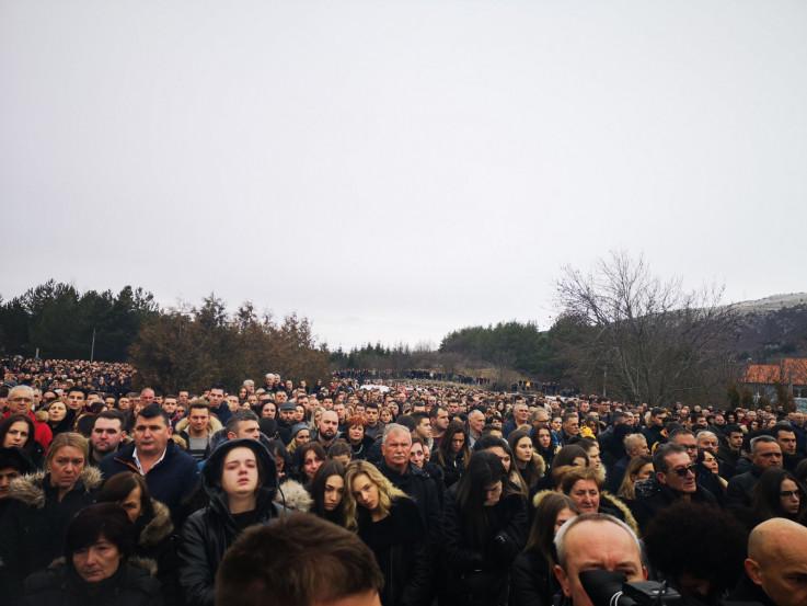 Mnoštvo ljudi prisustvuje misi zadušnici