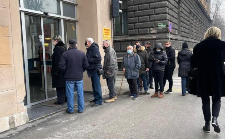 Red ispred banke u centru Sarajeva