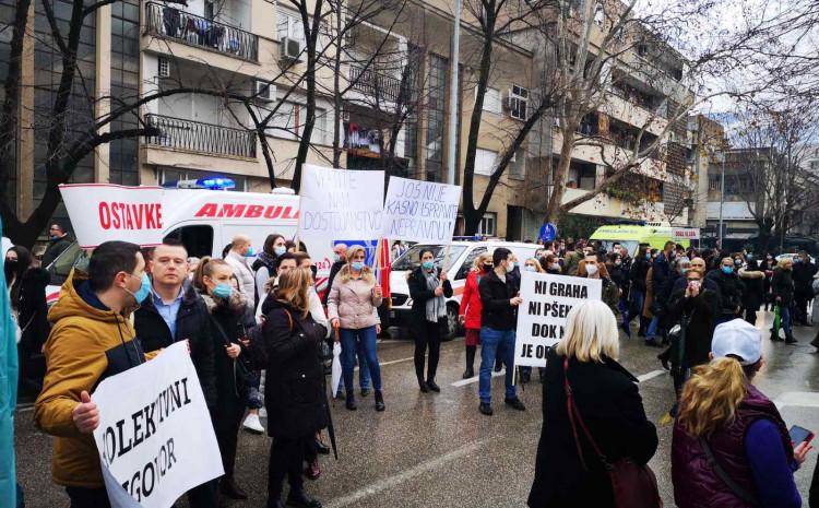 Medicinari su nastavili svoju protestnu šetnju kroz mostarske ulice