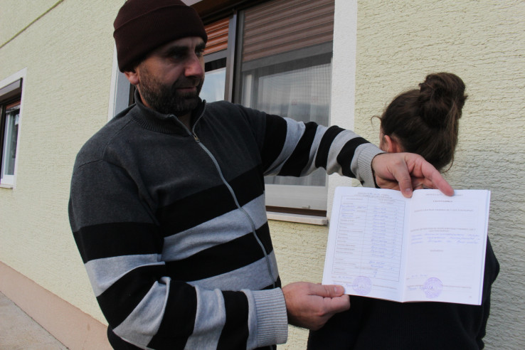 Amir Hasić pokazuje knjižicu kćerke Emine