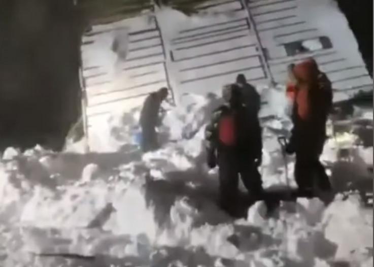 Spasioci traže nestale ispod snijega